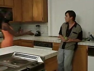 Belle jeune femme black baise dans sa cuisine