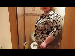 Mature woman with a hairy by a pussy pissing in the toilet