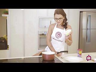 Novinha gostosa chupando a bucetinha da amiga enquanto ela ensina a fazer brigadeiro no MasterChup