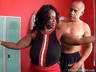 Busty black mature bbw gives an amazing sloppy blowjob