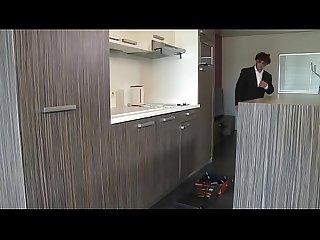 Isabella elle fait des avance au plombier devant son marie