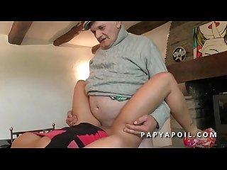 Papy baise une jeune metisse francaise avec un pote