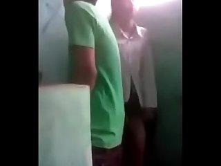 Janitor inupakan ang magandang estudyante