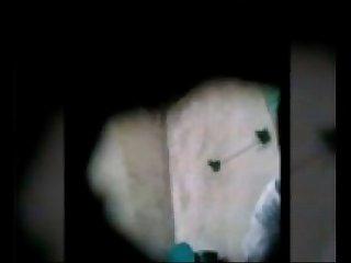 Amiga espiada orinando en el bao