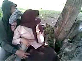 Siswi berjilbab asik ciuman di taman flv