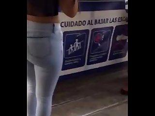 Chibola en el metro de lima