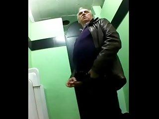 Maduro no Banheiro batendo Punheta
