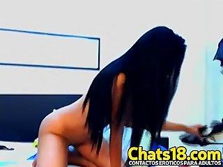 Le duele de lo grande que es hermosa latina se masturba por webcam con consolador enorme