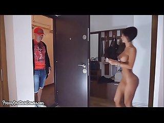 Abre desnuda al repartidor