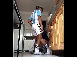 Novinho mamando o pirocudo depois do futebol